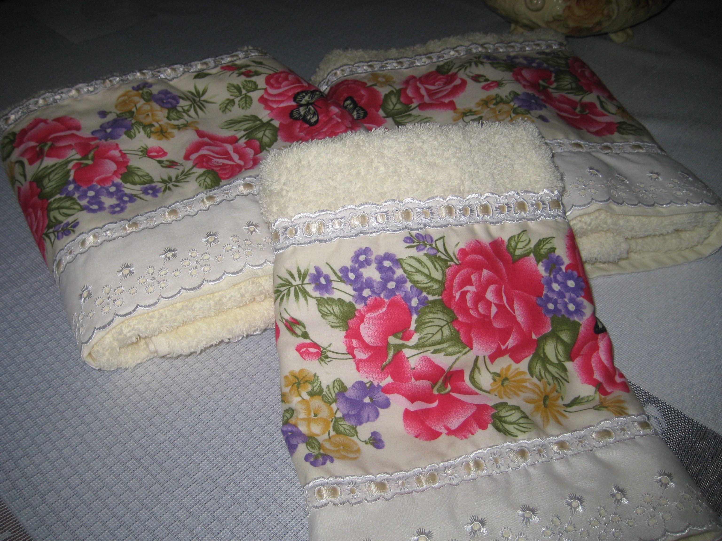 Toalhas customizadas, com tecidos, bordados inglês e fitas.