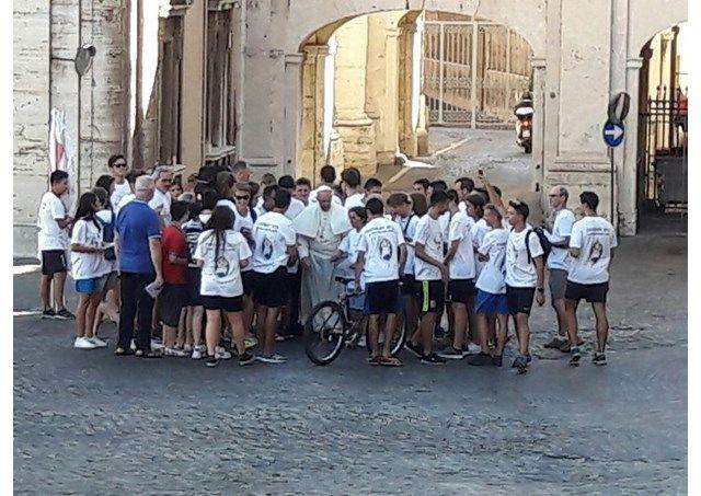Francesco con dei giovani pellegrini davanti Casa Santa Marta - RV