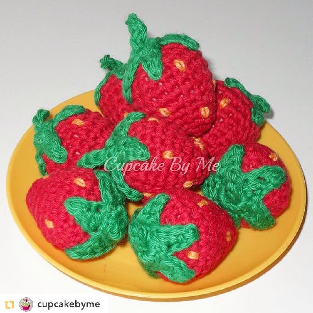 villy_vanilly_shop Repost from @cupcakebyme:Jordbærsæsonen er skudt i gang Opskriften er fra min bog #hækledekagerogsødesager  #hækletlegemad #legemad #hækle #hæklet #crochet #crochetstrawberry #jordbær #strawberries #crochetplayfood #playfood #hækletkage #crochetcake #instacrochet #hækletmad #crochetfood #craftastherapy_texture #craftastherapy