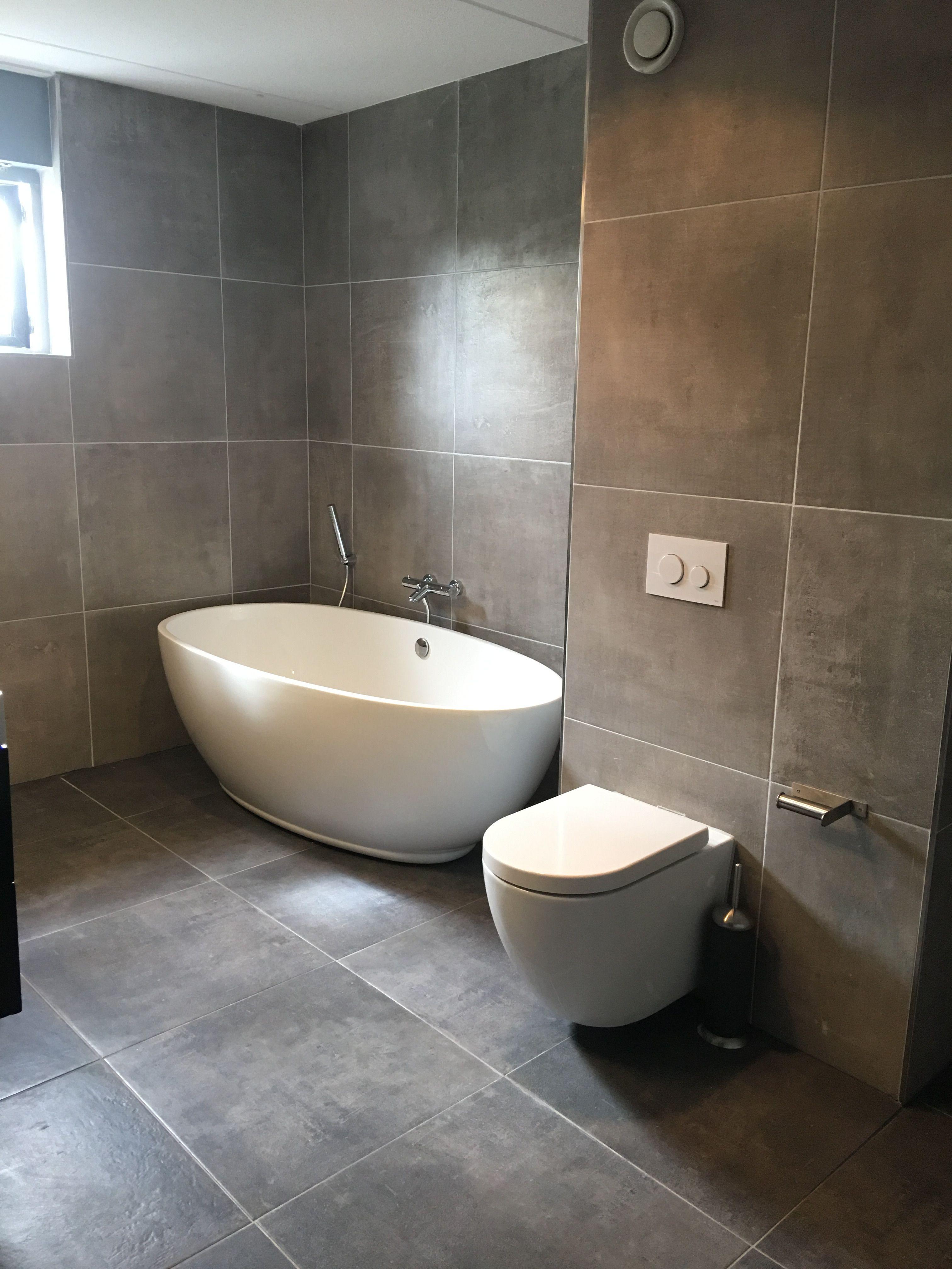 Bomber bad met Tece inbouw toilet lekker strak donkere tegel 60 bij 60 cm op