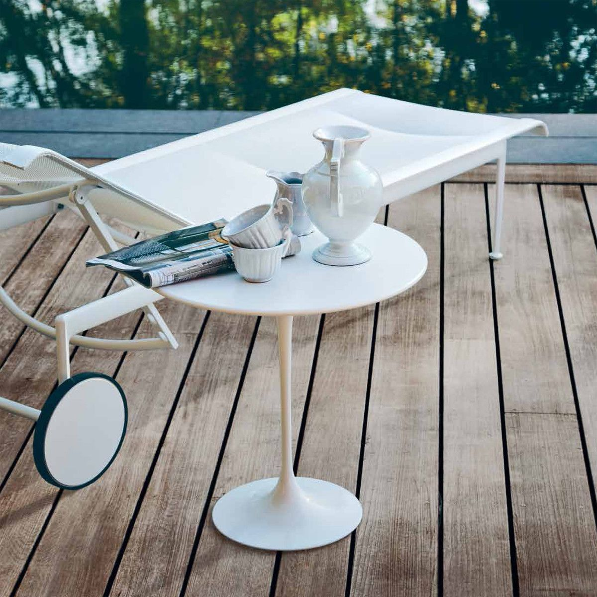 Knoll 1966 Adjustable Chaise Lounge Saarinen Side Round Table A Classic Pairing Now Knoll Outdoor Furniture Modern Outdoor Furniture Outdoor Coffee Tables