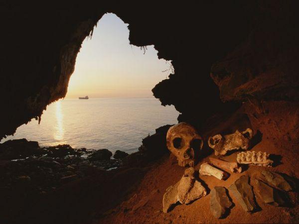 ジブラルタル半島のゴーラム洞窟で発見されたネアンデルタール人の女性の人骨。生前は樹皮のトレーで煮炊きした食物を口にしていたかもしれない。PHOTOGRAPH BY KENNETH GARRETT / NATIONAL GEOGRAPHIC