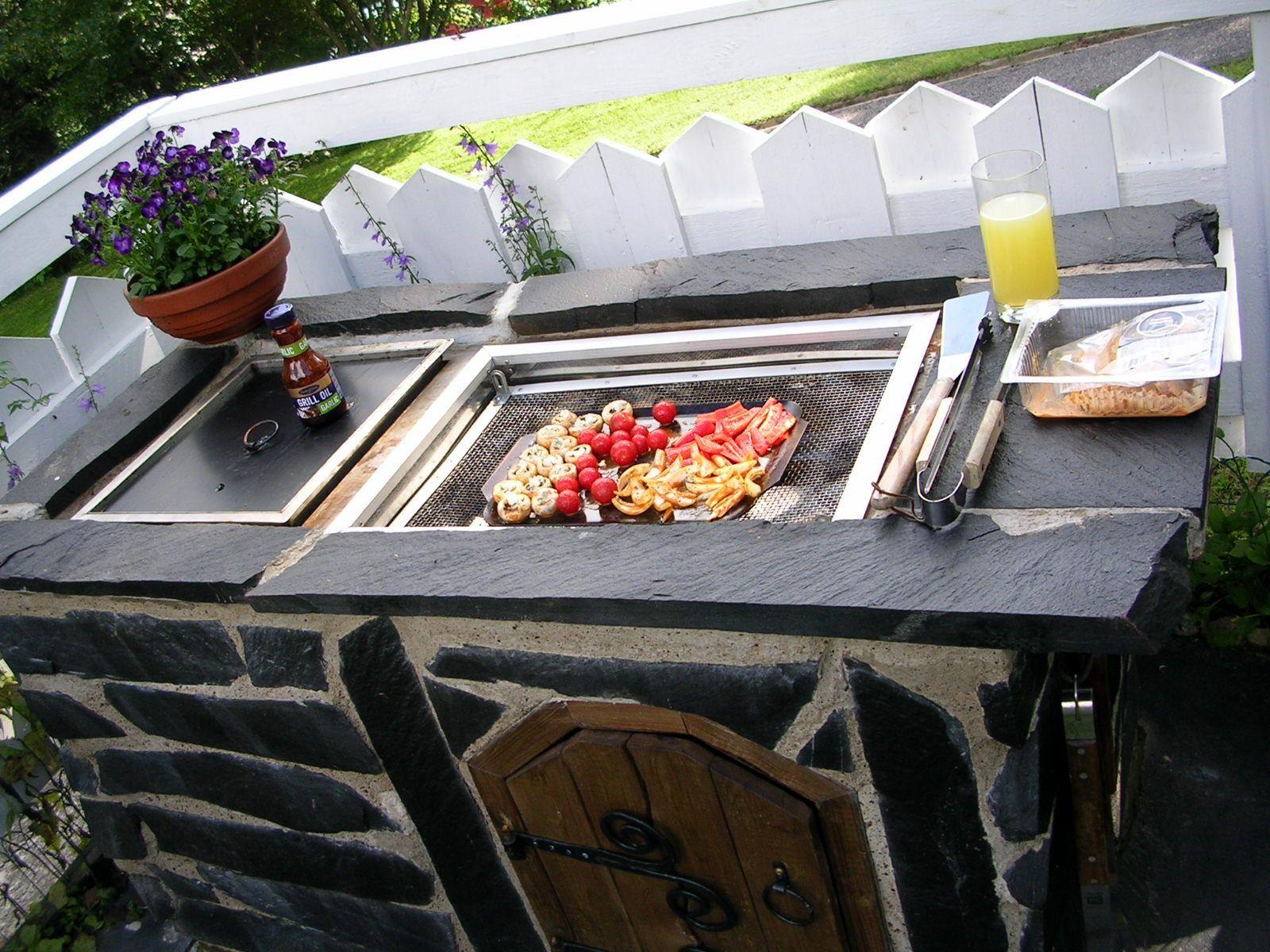 Kaasugrilli & savustuspönttö. Viinijärven tumma kiilleliuske ei ime itseensä rasvoja, joten kivi voi olla aivan ruoanlaittopisteen vieressä.