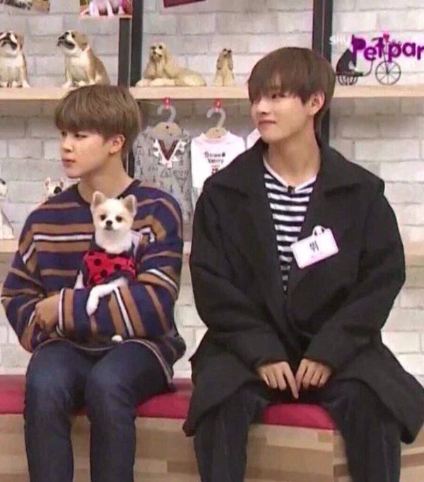 See how small jimin compared to V.. So adorable.. #Vmin