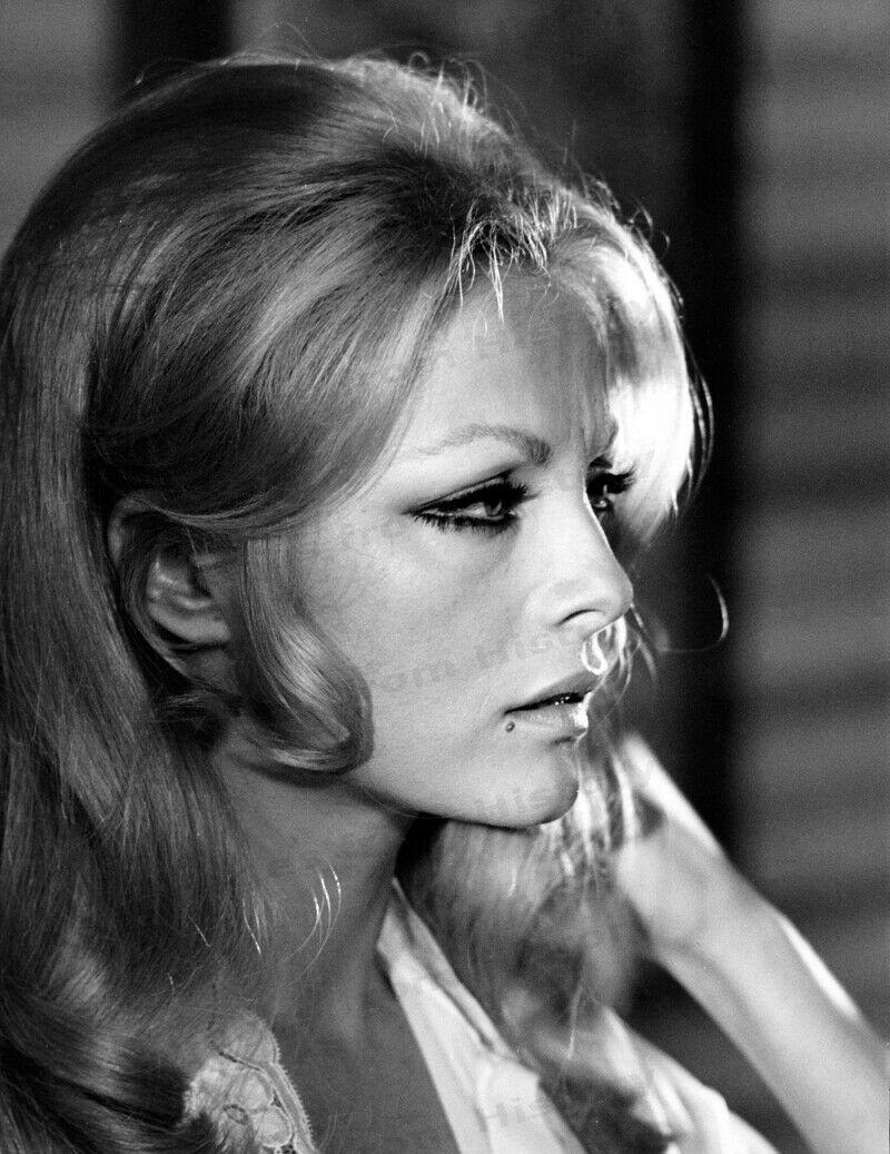 1965 Virna Lisi par Irving Penn - Girl Dont Come