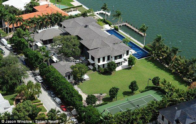 Enrique Iglesias Moves Into 26 Million Waterfront Miami Mansion Mansions Miami Mansion Beautiful Beach Houses
