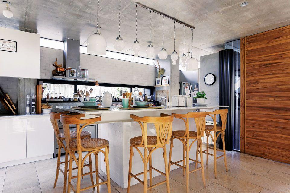 Una casa con espacios abiertos y mucha luz natural for Banquetas altas modernas