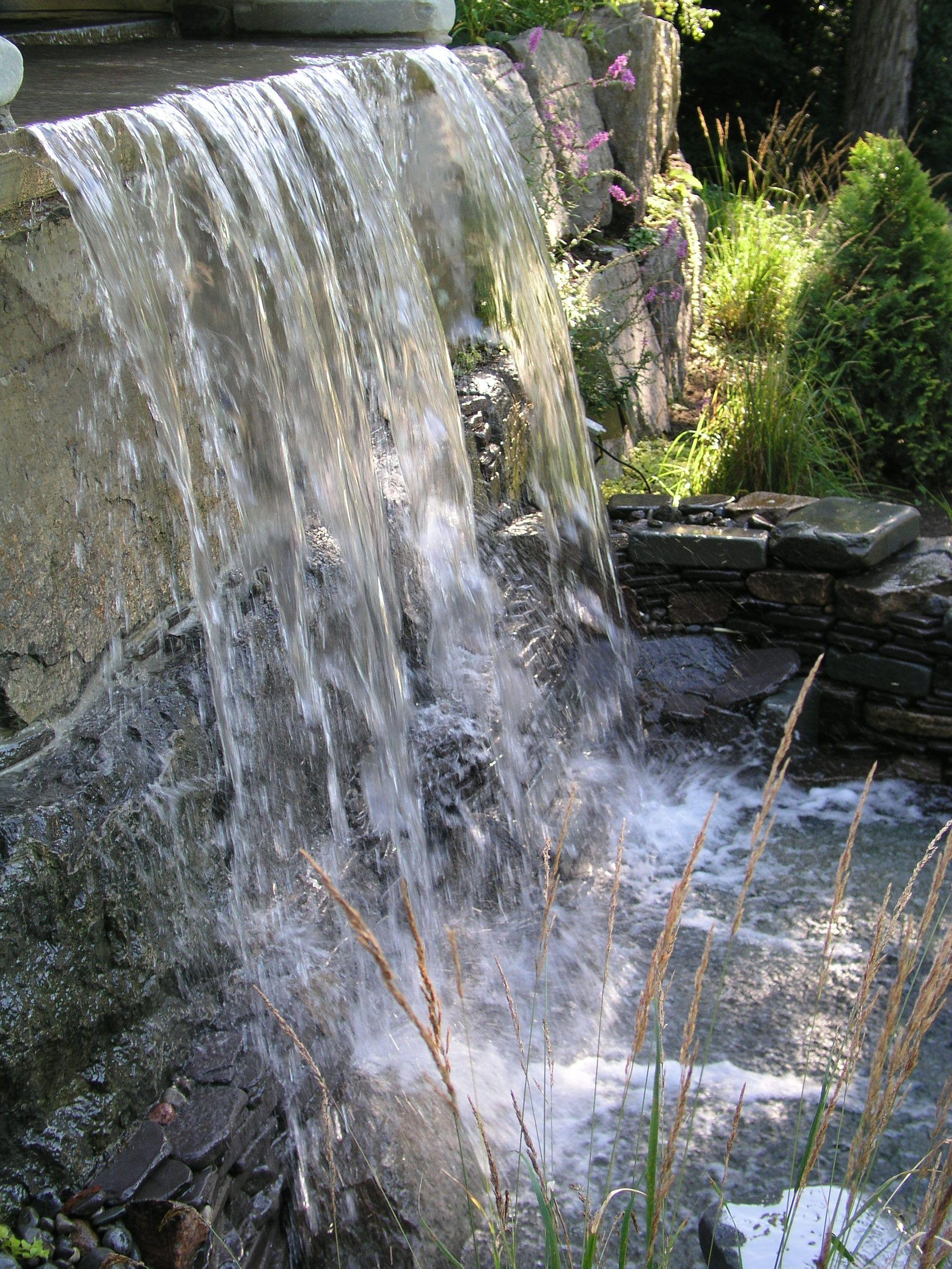 chute d 39 eau dans un mur de soutenement r alisation