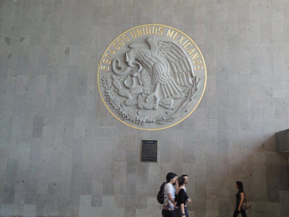 Escudo Nacional en la entrada del Tren Suburbano.