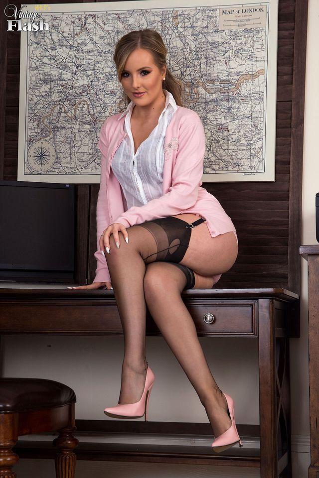 Sexy lady sucking dick