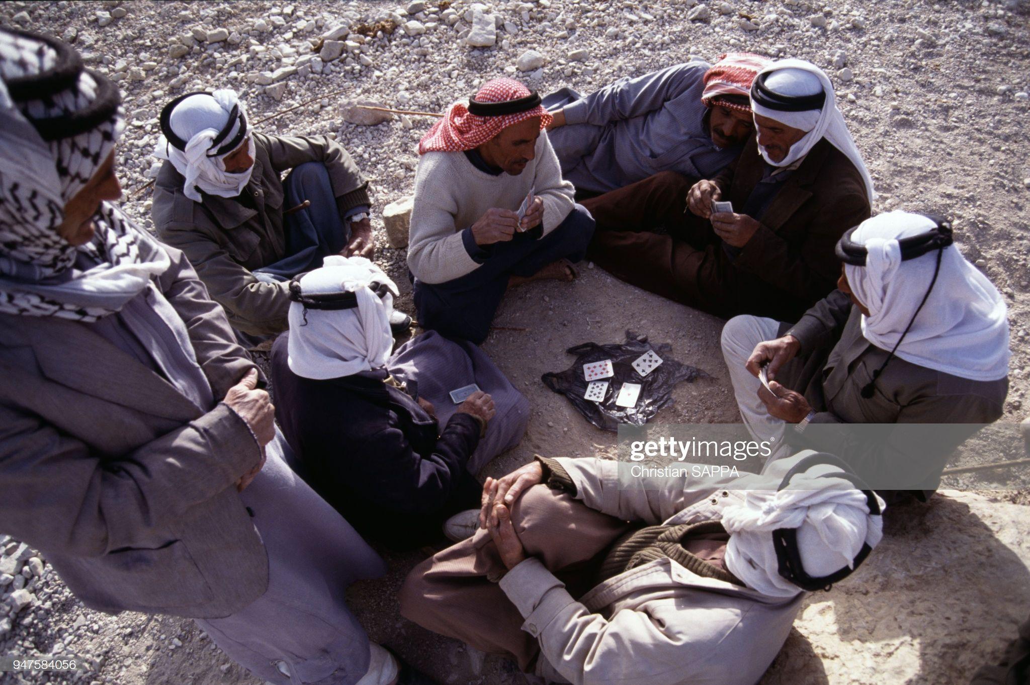 أخبار الصورة Bedouins Jouant Aux Cartes En Jordanie Buy Cards Photo