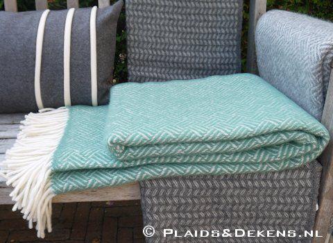 Plaid Samba mint. Deze wollen plaid heeft een mooi ingeweven blokjes dessin waardoor deze een speelse uitstraling heeft. De kleur is echt prachtig!