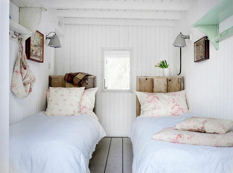 schmales Schlafzimmer zwei Betten Kopfbretter aus Holz rustikal ...