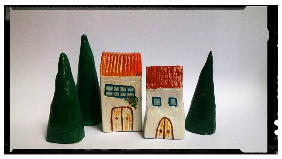 Casitas y árboles de cerámica pintados a mano