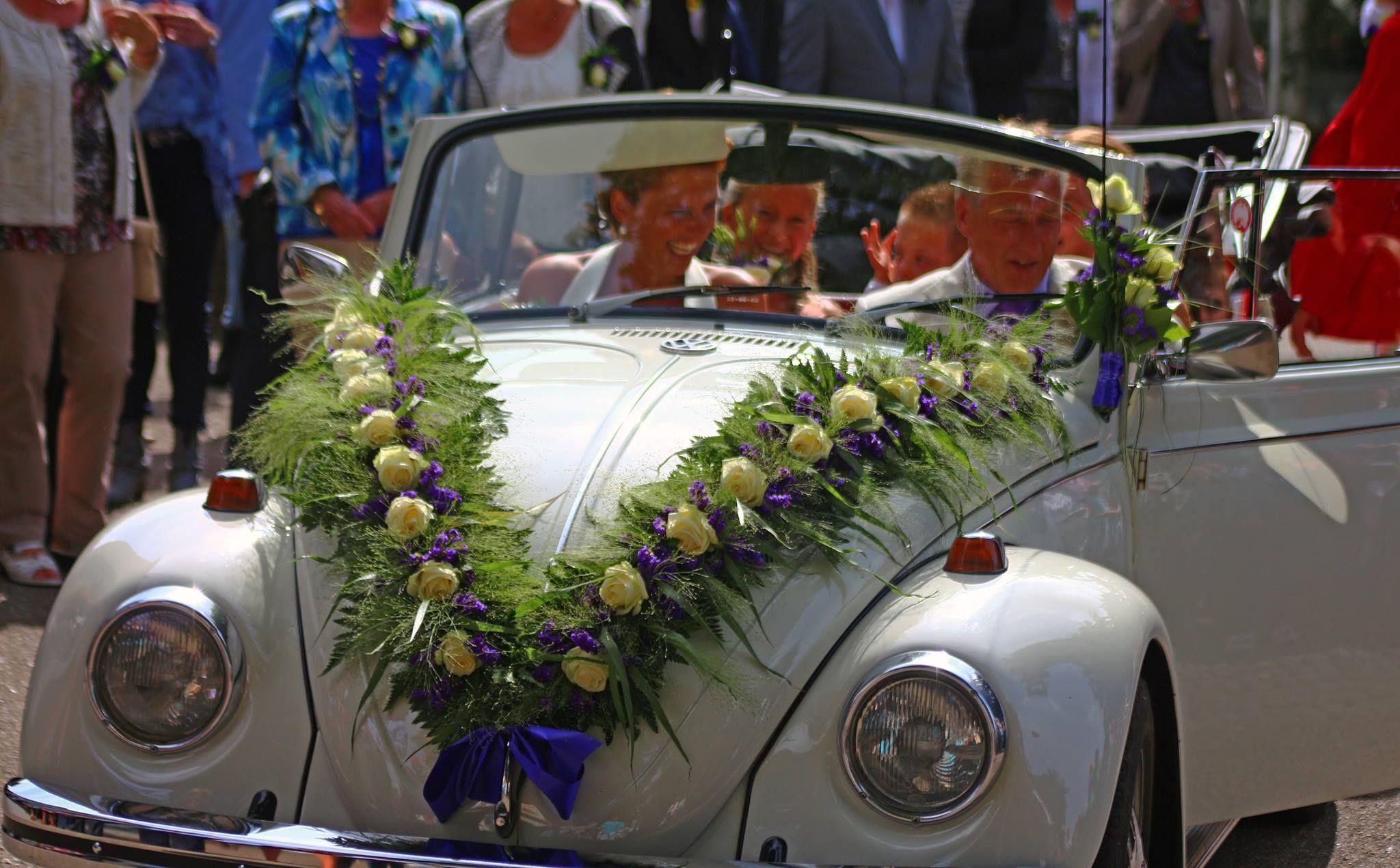 Wedding car decoration ideas  Volkswagen kever met een guirlande opgebonden met Avalanche rozen