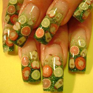 Nageldekorationer av polymerlera. Fruktstavar skurna i tunna skivor som sen fästs på naglarna och lackas över.