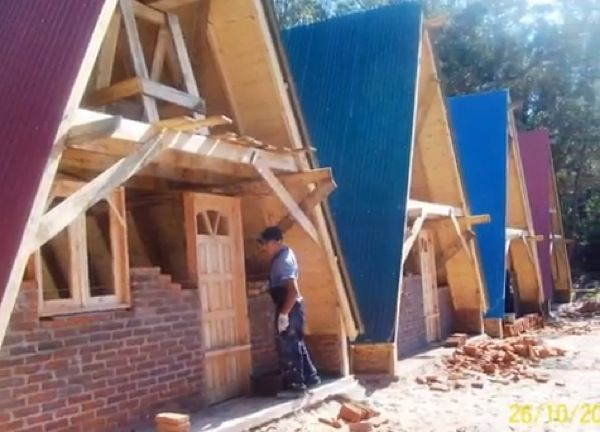 4 Small A-frame Houses Being Built: Construction (Video) | Compact ...