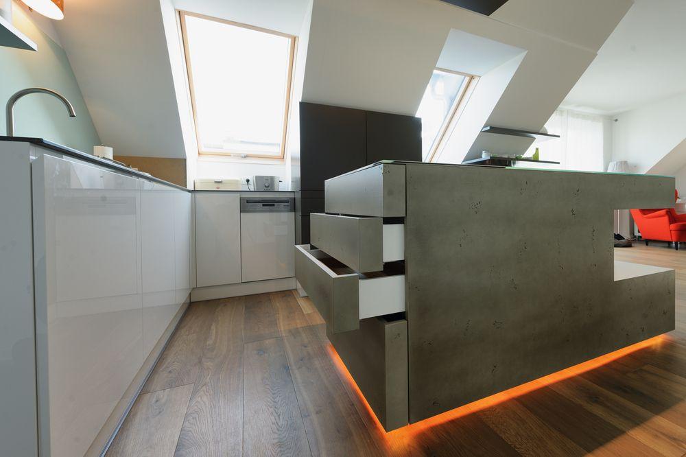 Eine Moderne Küche Mit LED Beleuchtung, Wirkt Gleich Noch Futuristischer.  Der Küchenblock Aus Beton