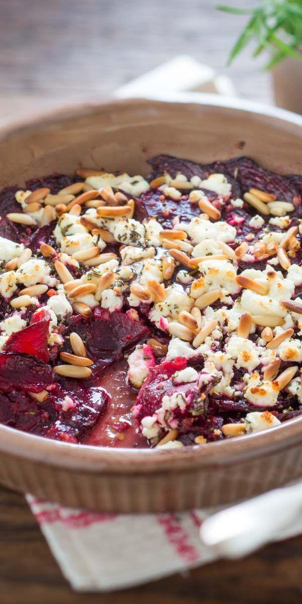 Tolle Kombination aus Roter Bete, Feta und Pinienkernen. Probier unser Rezept für einen feinen vegetarischen Rote-Bete-Auflauf mit Feta und Pinienkernen überstreut. Guten Appetit.