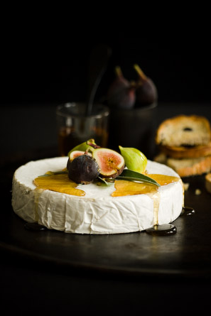 Brie with fresh figs and honey....that looks like a very good idea