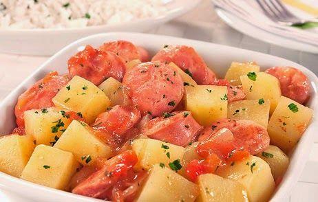 Comida caseira - lingüiça com batata. http://papoentremulheresbrasil.blogspot.com.br/2014/09/receita-salgada-do-dia-linguica-com.html