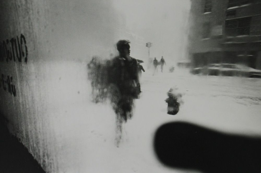 """""""In No Great Hurry"""" Tells the Story of NYC Street Photographer Saul Leiter"""