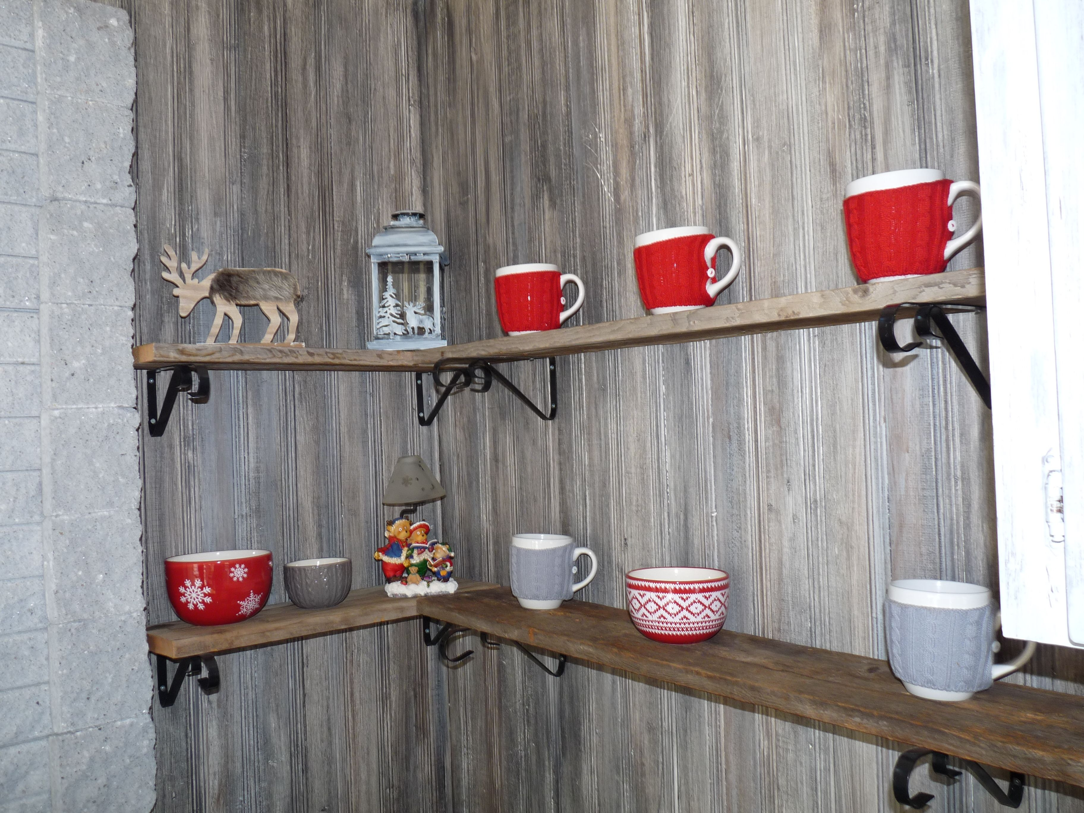 Tablette en bois grange avec faux fini bois de grange sur le mur