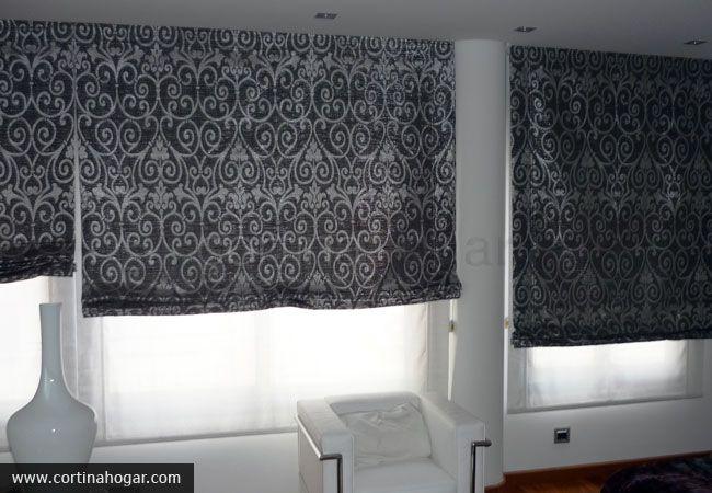 Conjunto de estores estampados de líneas puras, ideales para un salón minimalista que realza el colorido blanco de paredes y mobiliario basándose en la armonía.