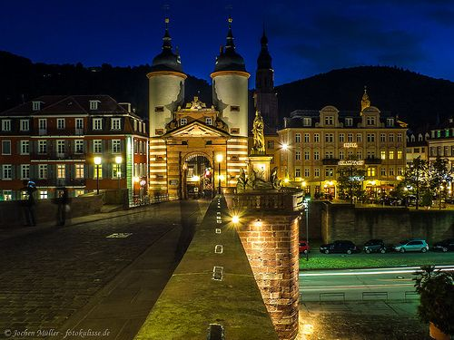 Blick auf das Brückentor der Karl-Theodor-Brücke, besser bekannt als Alte Brücke, in Heidelberg