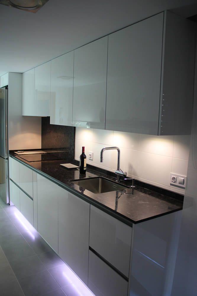 Cocinas dise o de cocinas en pinto rey gola blanco for Cocinas de granito negro