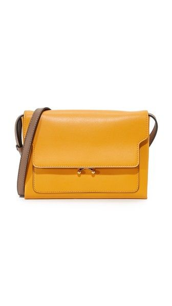 ¡Consigue este tipo de bandolera de MARNI ahora! Haz clic para ver los detalles. Envíos gratis a toda España. Marni Pochette: A slim Marni cross-body bag composed of rich, vibrant leather. A push-lock secures the top flap, which covers 2 lined compartments. Optional, adjustable shoulder strap. Dust bag included. Leather: Calfskin. Weight: 12oz / 0.34kg. Made in Italy. Measurements Height: 6.75in / 17cm Length: 9in / 23cm Depth: 2in / 5cm Strap drop: 21.75in / 55cm (bandolera, bandolera…