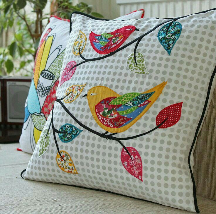 joli coussin avec oiseaux en patchwork et brod belles couleurs printani res et combinaison. Black Bedroom Furniture Sets. Home Design Ideas
