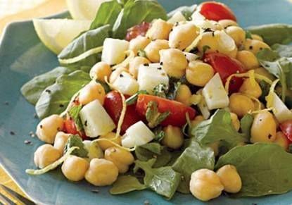 طريقة عمل سلطة الحمص حمص مسلوق علبة بصل أخضر مفروم ناعم 2 حبة بندورة مقطعة 4 حبة خبز مقطع مكعبات Delicious Salads Mediterranean Chickpea Salad Recipes