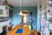 庭と縁側に惚れ込んで築36年の日本家屋を購入したのは2年半前。クリエイター夫妻が娘とともに暮らす家はグリーンと木の質感に心和まされる。