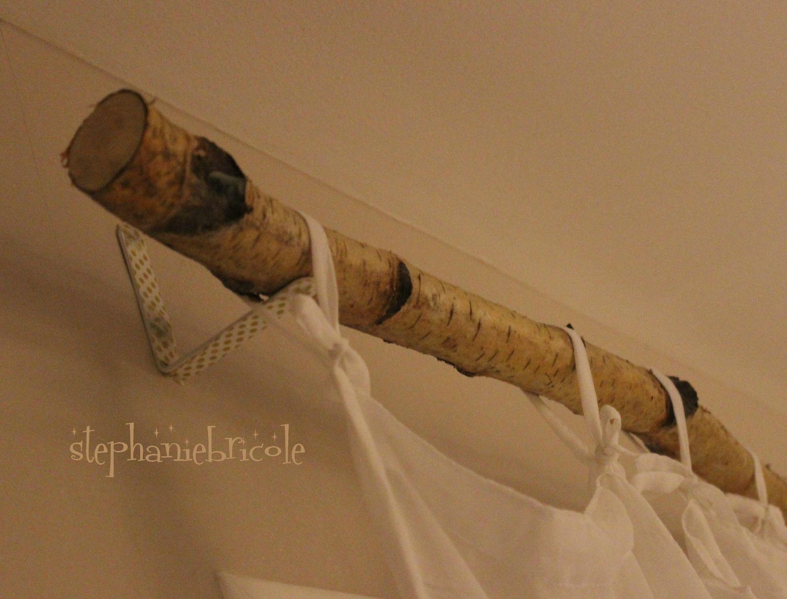 Idée Déco DIY Une Barre à Rideau Avec Une Branche Équerre DIY - Idee deco abat jour pour idees de deco de cuisine