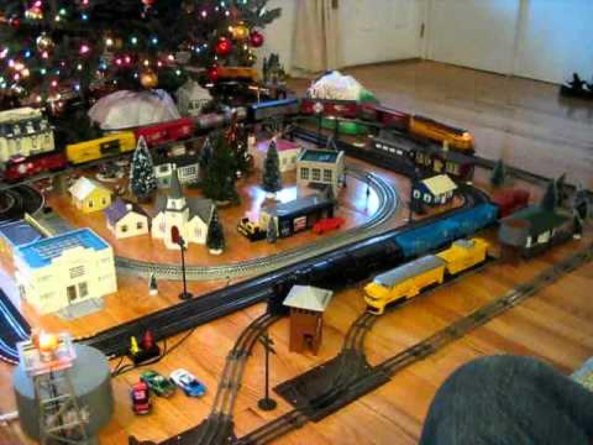 lionel christmas train layout   Stayed with the O trains this year