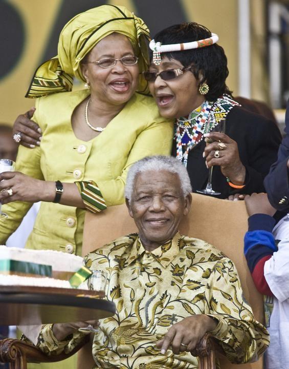 Nelson Mandela celebra su 90 cumpleaños junto a Graça Machel y Winnie Madikizela.