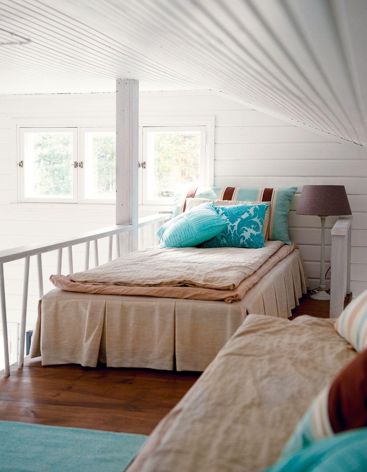 Nukkumapaikat sijaitsevat parvella. Pia teetti sänkyihin helmalakanat, jotta näkymä alhaalta parvelle on siistin ja huolitellun näköinen.