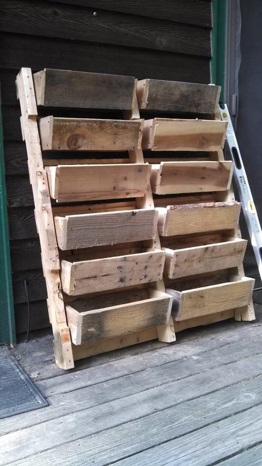 24 utilisations incroyables de vieilles palettes en bois jardins planters et arri re cours. Black Bedroom Furniture Sets. Home Design Ideas