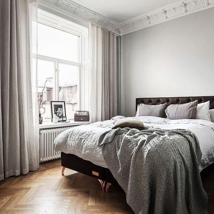 """Adam Helbaoui en Instagram: """"Friyay  Beautiful bedroom from Grevgatan 25  Photo @kronfoto Styling @scandinavianhomes #grått #hemnet #finahem #bobedre #designklassiker #plazainterior #danskdesign #nordicinterior #skönahem #marmor #mässing #sekelskifte #inredning #residencemagazine #elledecorationse #blocketbostad #metromodehome #haydesign #skandinaviskehjem #brass #interiørmagasinet #kronfoto"""" #bedroom"""