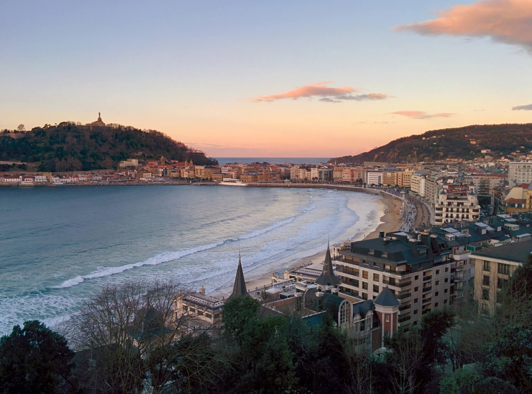 View Of The Sunsetting Across Mount Urgull And Old Town San Sebastian From The Balcony Of Far Out Inn Come See This View For Baskenland Spanje Zuid Frankrijk