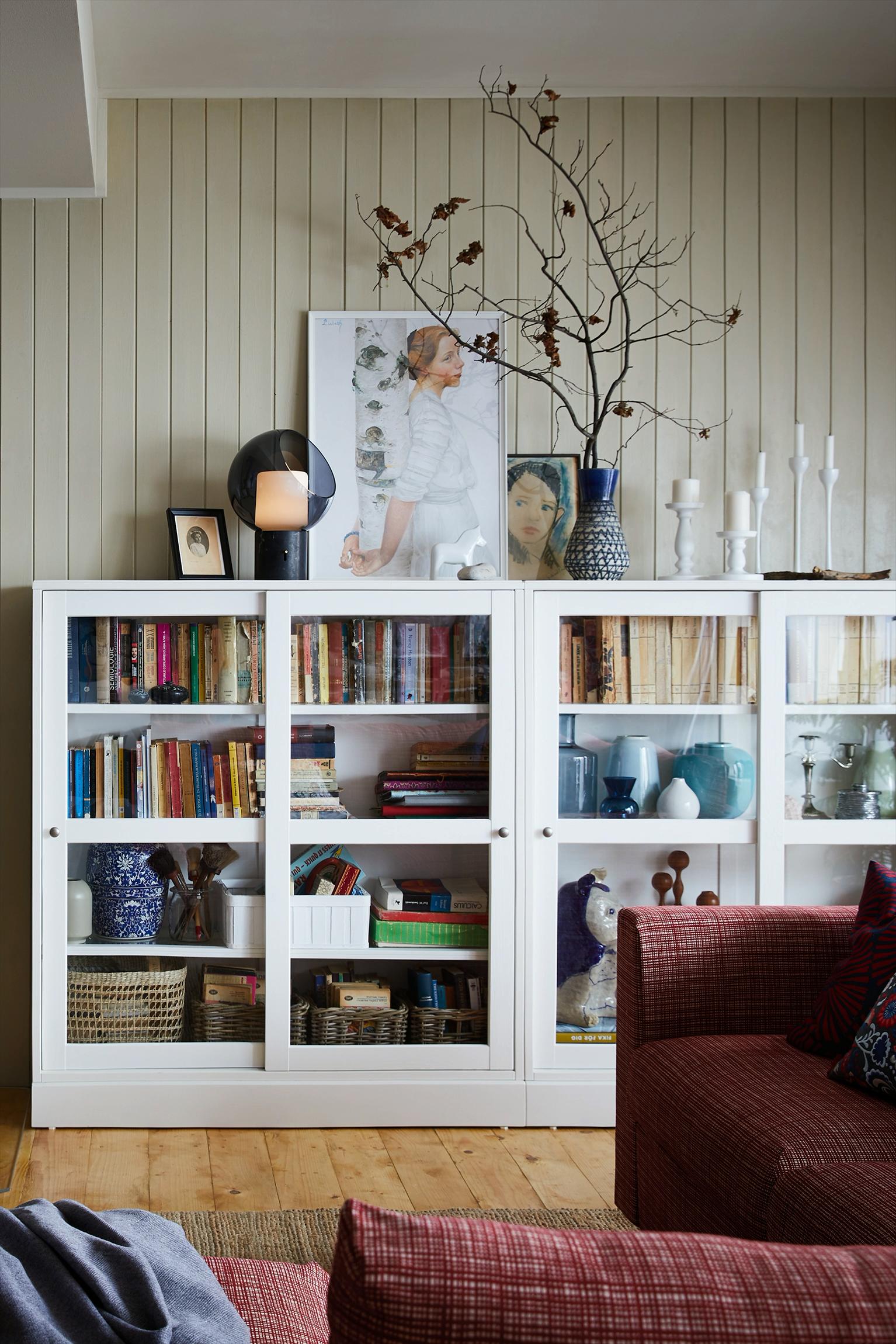 Ikea Deutschland Massive Kiefer Mit Handwerklichen Details Und Gebursteter Oberflache Vermittelt Einen Bodenstandigen E In 2020 Ikea Living Room Ikea Home Home Decor