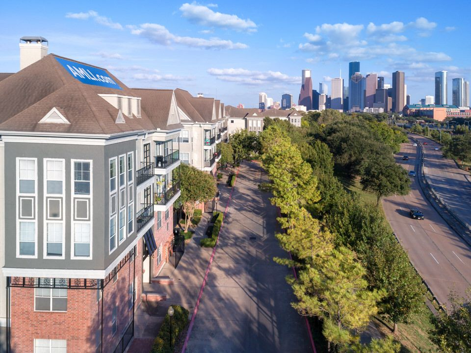 Amli Memorial Heights Is A Luxury Apartment Community Just Outside Downtown Houston Right Next To The City S Famed Water Houston Apartment Buffalo Bayou Bayou