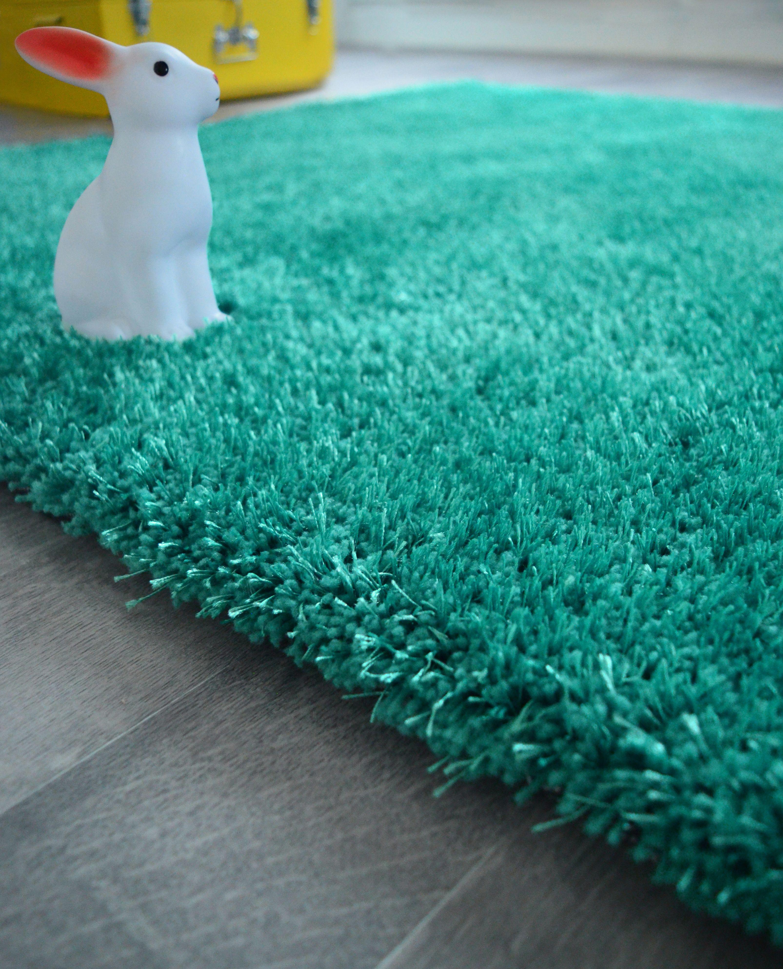 un joli tapis tout doux bleu turquoise