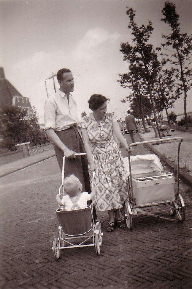 Ouderwetse kinderwagens. These prams were very modern in the fifties.