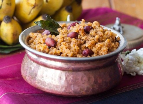 Gojjavalakki is beaten rice which is soaked in tamarind pulp and spiced with rasam powder. It is sweet, tangy, spicy and crunchy at the same time.