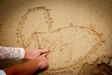 Brautpaar verewigt sich am Strand