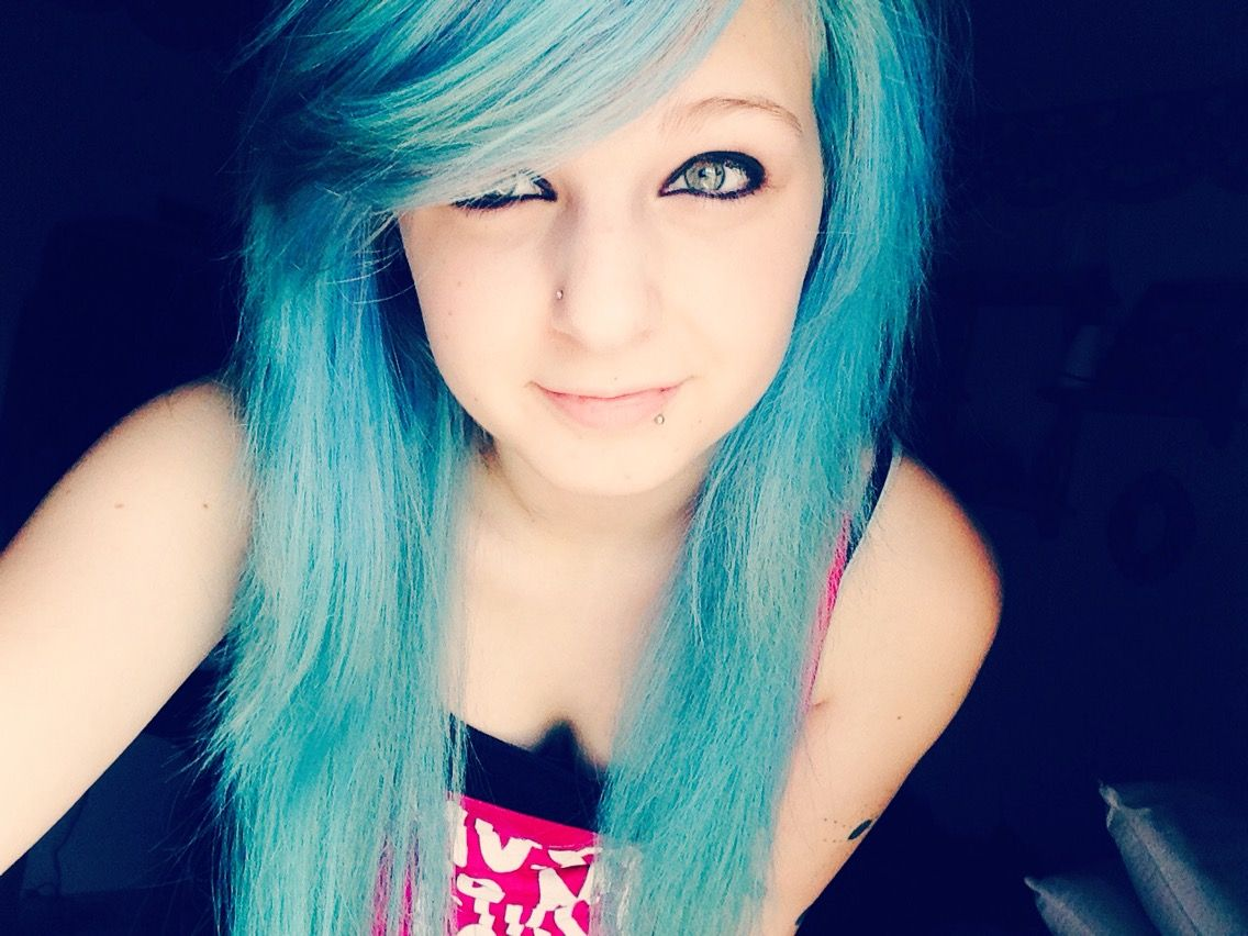 Blue bangs on point and so is the emo make up love this color