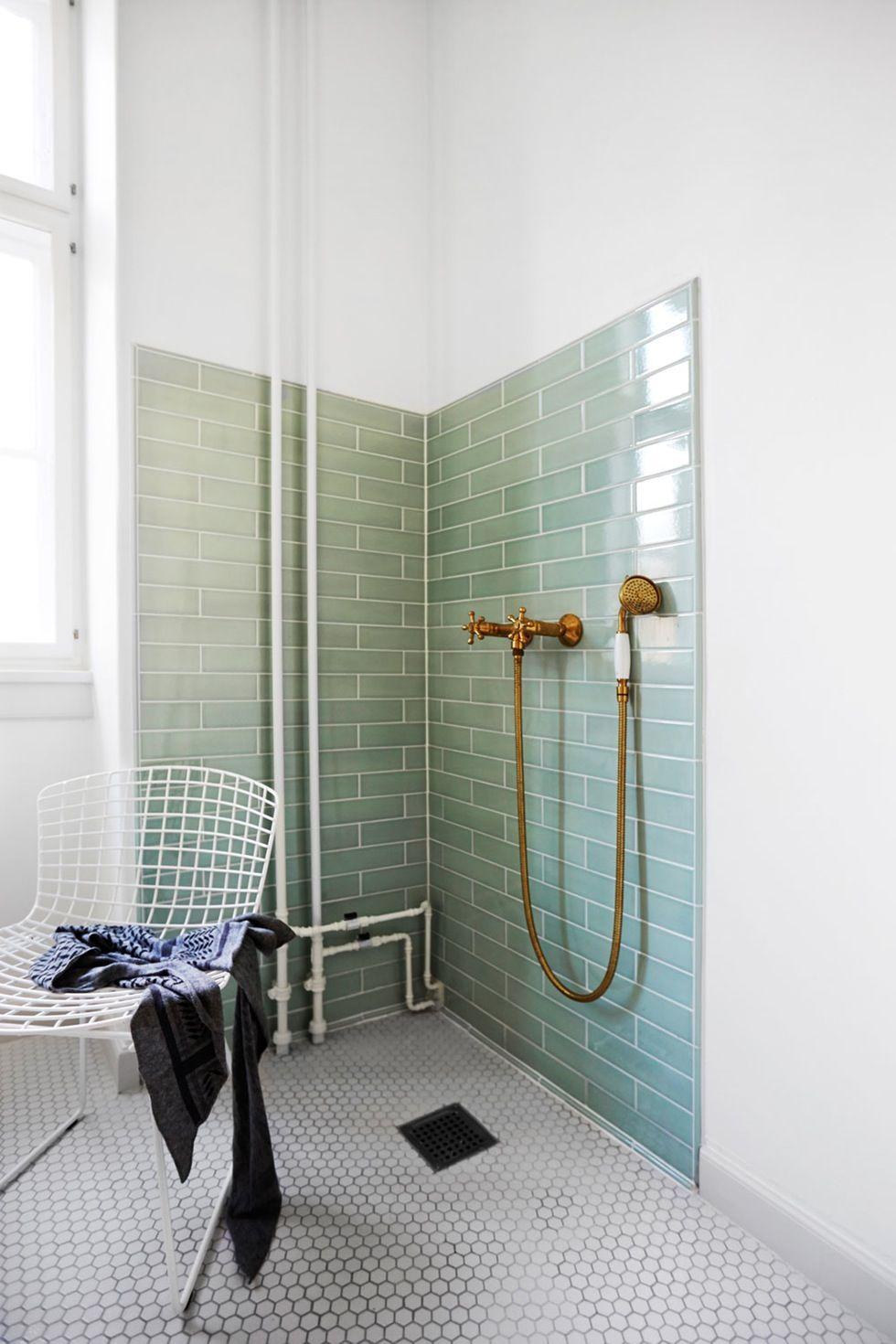 Det nye badeværelse blev til med hjælp fra håndværkerkyndige ...