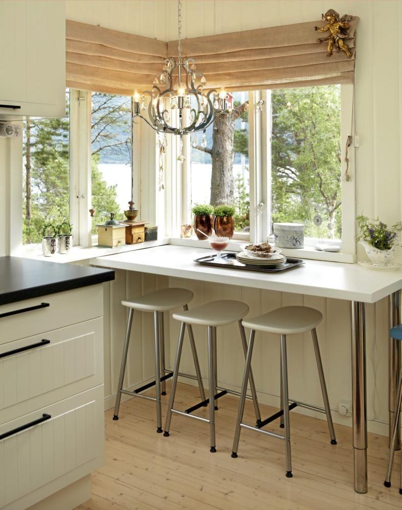 KJØØKENKROK I taket på det lysmalte kjøkkenet troner en lysekrone - einbauküchen für kleine küchen